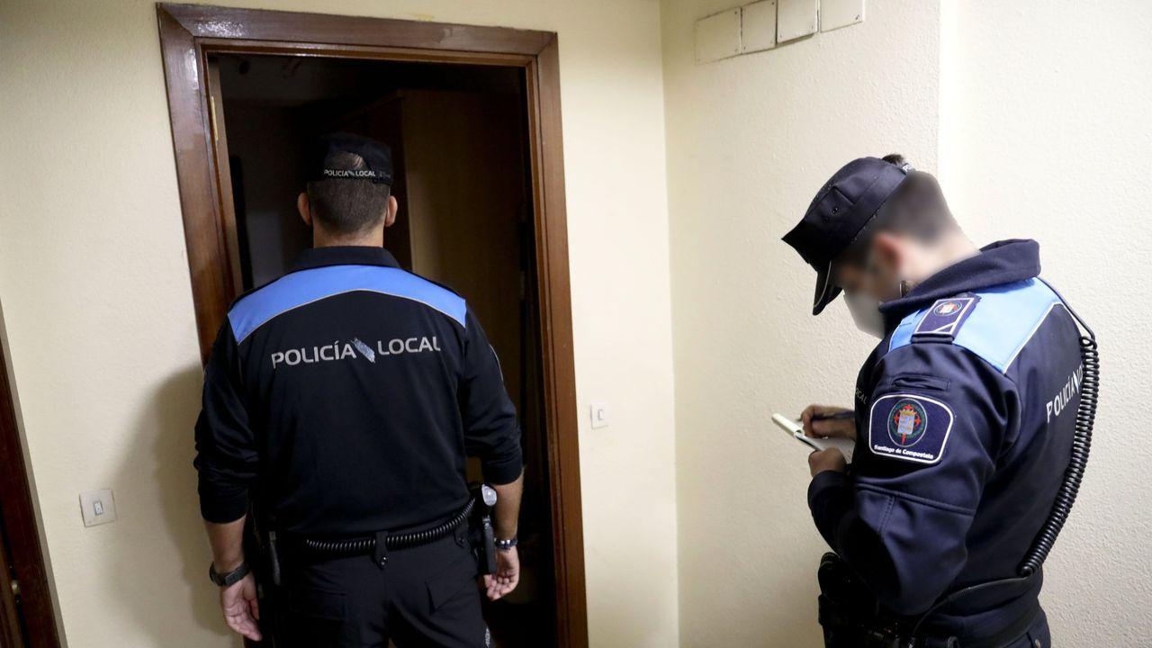 Manifestación de la hostelería compostelana contra las restricciones por el coronavirus.Agentes de la Policía Local de Santiago acuden a un piso en el que se estaba celebrando una fiesta