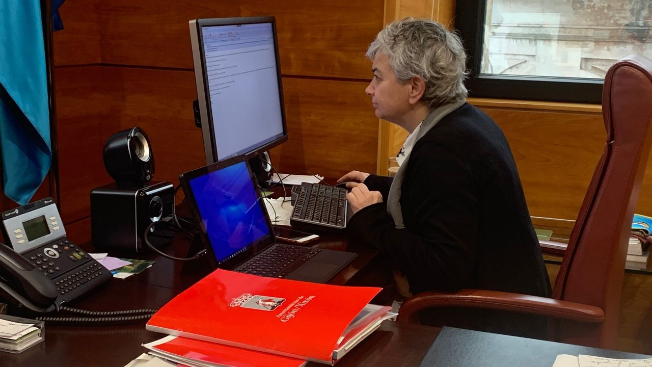 La alcaldesa de Gijón, Ana González, esta mañana, ante su ordenador en la casa consistorial