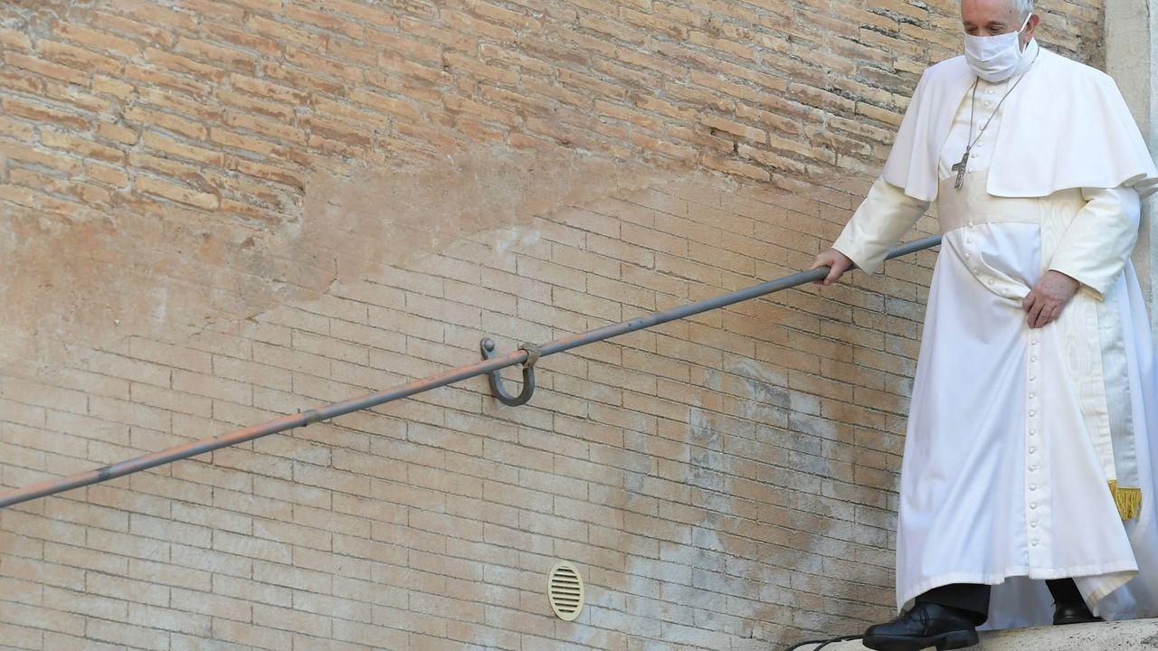 Así arrancará el año Xacobeo.El papa Francisco se coloca una mascarilla en un acto celebrado el 20 de octubre en Roma
