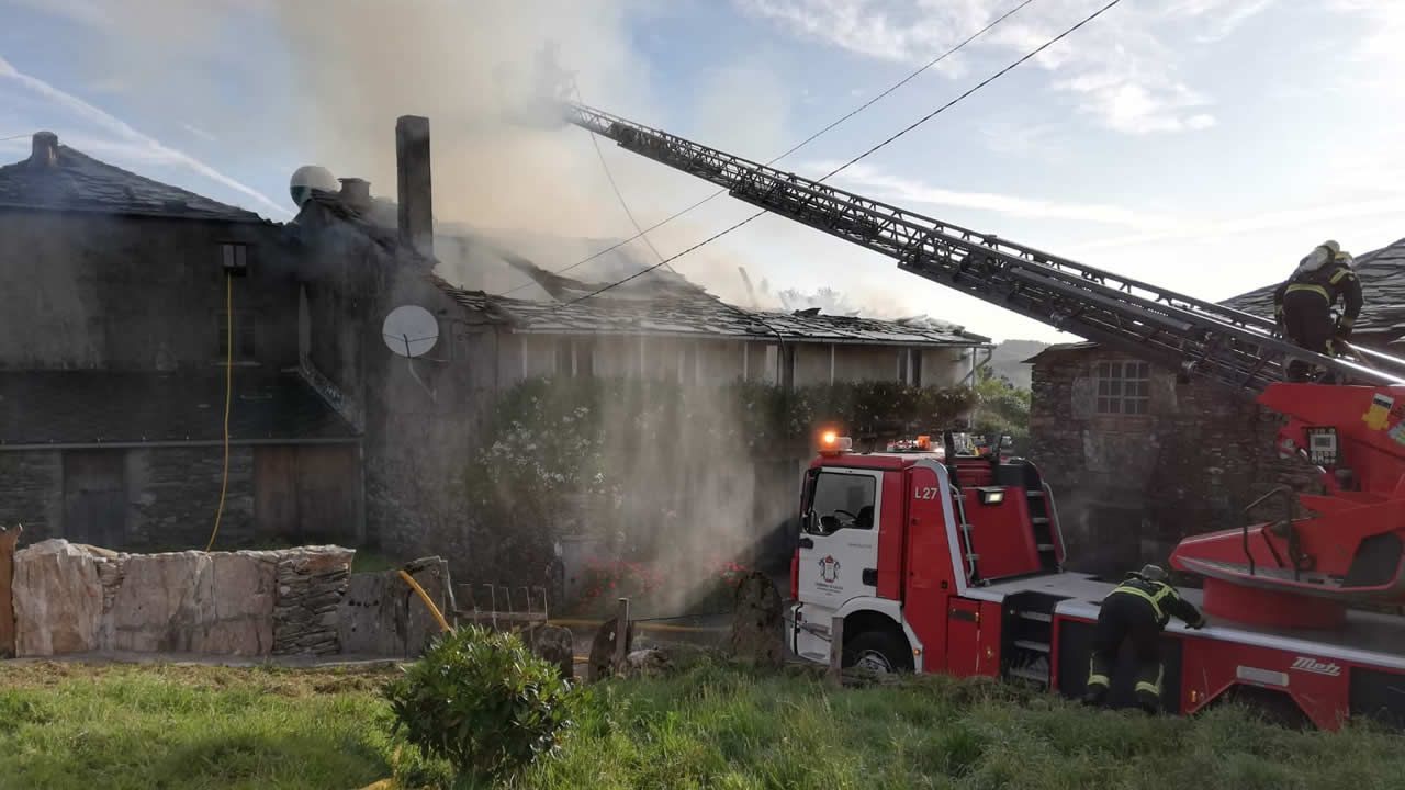 Incendio en Ourol.Incendio en una casa de Ourol