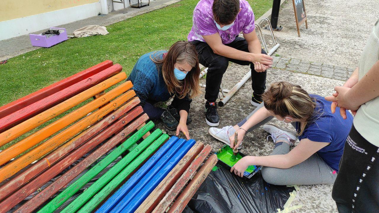 Los jóvenes participaron de forma activa en la restauración de los bancos.