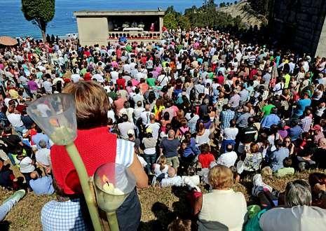 Cada 8 de septiembre centenares de personas acuden a la romería dos Milagres de Caión.