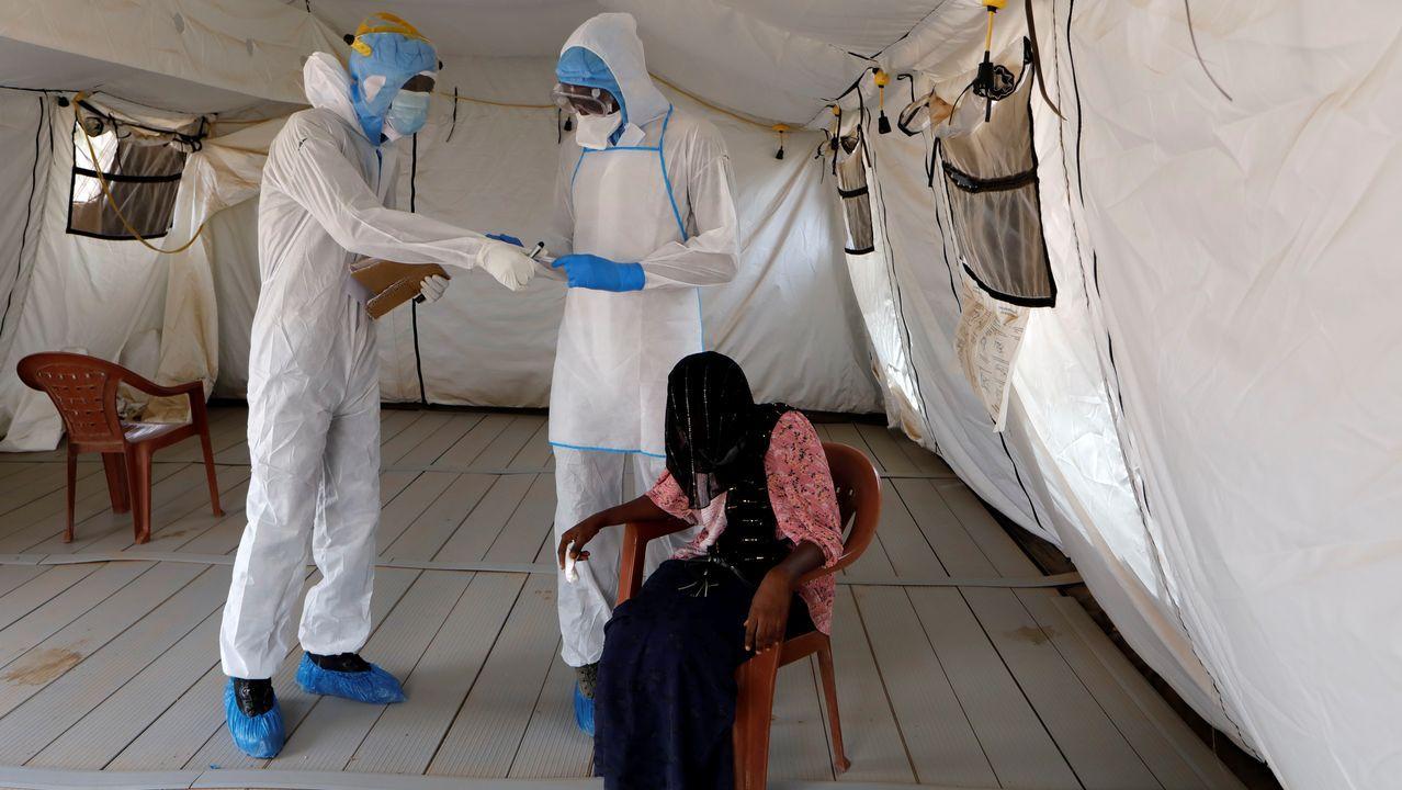 Un médico examina a una mujer senegalesa con síntomas de coronavirus