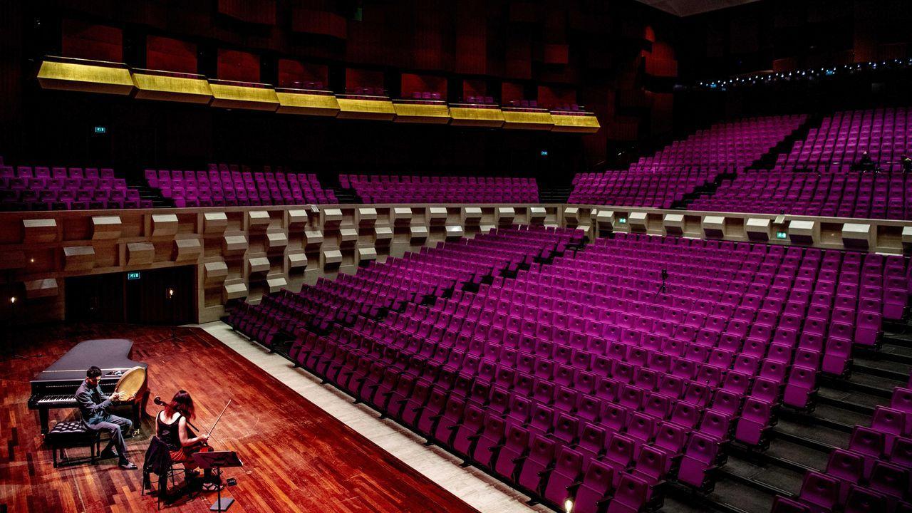 Los músicos Farid Sheek y Maya Fridman ensayan en una sala de conciertos vacía en Rotterdam
