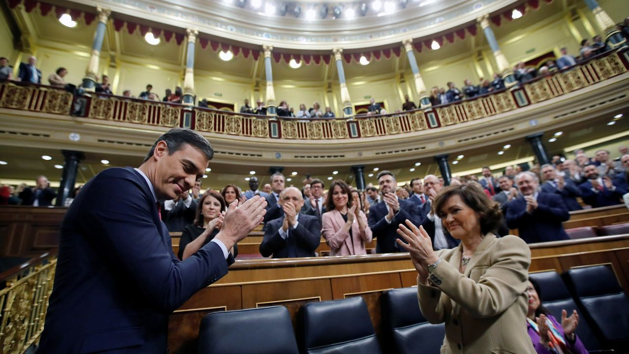 Pedro Sánchez y Carmen Calvo, en el pleno de investidura