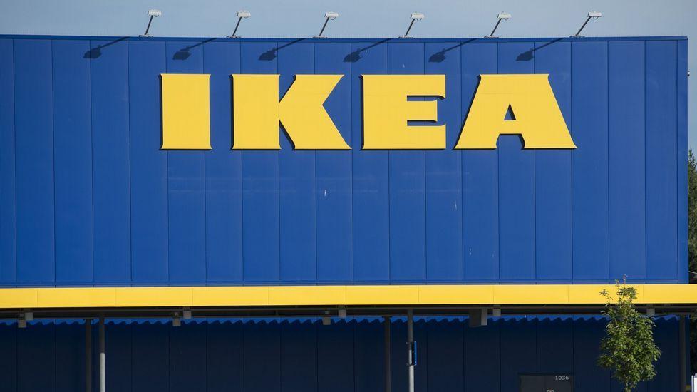 Dos jóvenes belgas se cuelan en un Ikea.Muebles de Ikea de la serie Malm