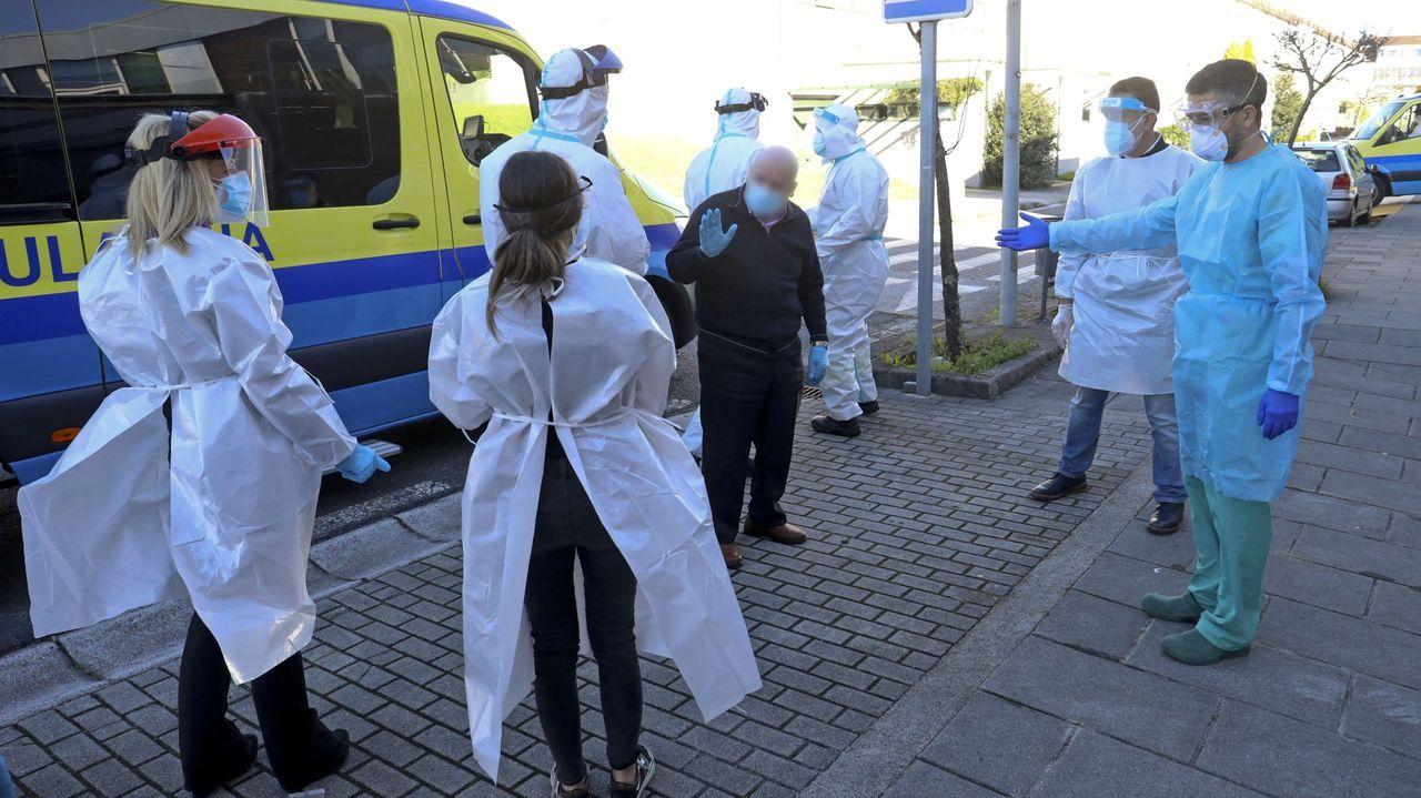 La vacunación masiva arranca en Santiago con aglomeraciones.Vacunación con AstraZeneca en el Gaiás para personas de entre 50 y 55 años