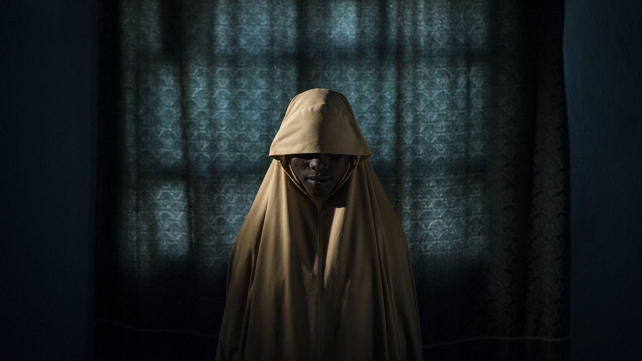 Fotografía cedida por la organización World Press Photo que muestra la imagen captada por el fotógrafo Adam Ferguson, ganador del primer premio de la categoría «Personas - Historias». La foto muestra a Aisha, de 14 años, posando en un retrato en Maiduguri, estado de Borno, Nigeria, el 21 de septiembre del 2017. Aisha fue secuestrada por Boko Haram y luego se le asignó una misión suicida. Después de que fue atada con explosivos, ella encontró ayuda y no completó su tarea.