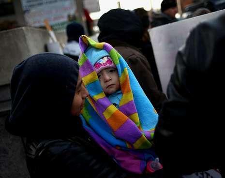Una indocumentada guatemalteca con su hija en una protesta que tuvo lugar en Newark.