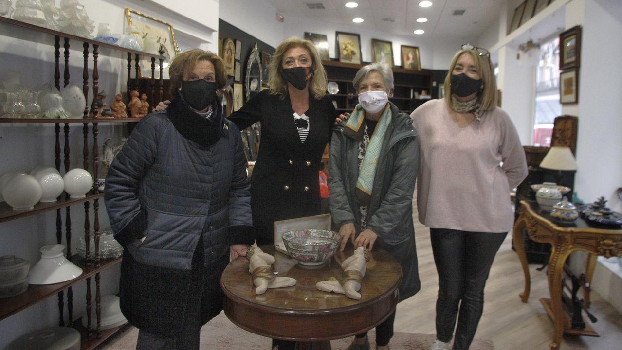 Isabel Ruiz y  su equipo de  O Mercadillo inauguraron un segundo local solidario en la calle Marcial del Adalid donde venden objetos que eran de una mujer que los retiró de una casa de subastas de Madrid para donarlos.