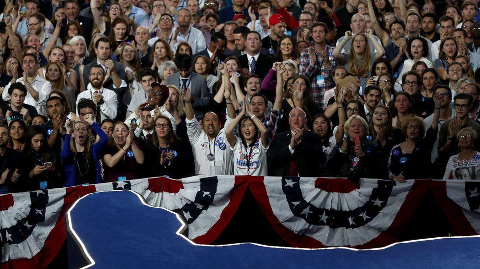 Los seguidores demócratas siguen los resultados en Virginia.