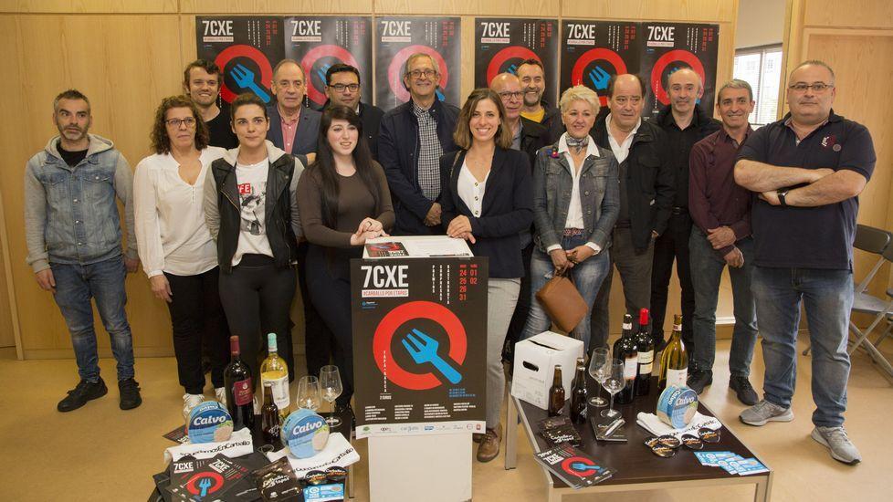 Malante rindió homenaje a Xelucho Abella Chouciño: ¡las imágenes!.Votaciones en una de las mesas de Carballo