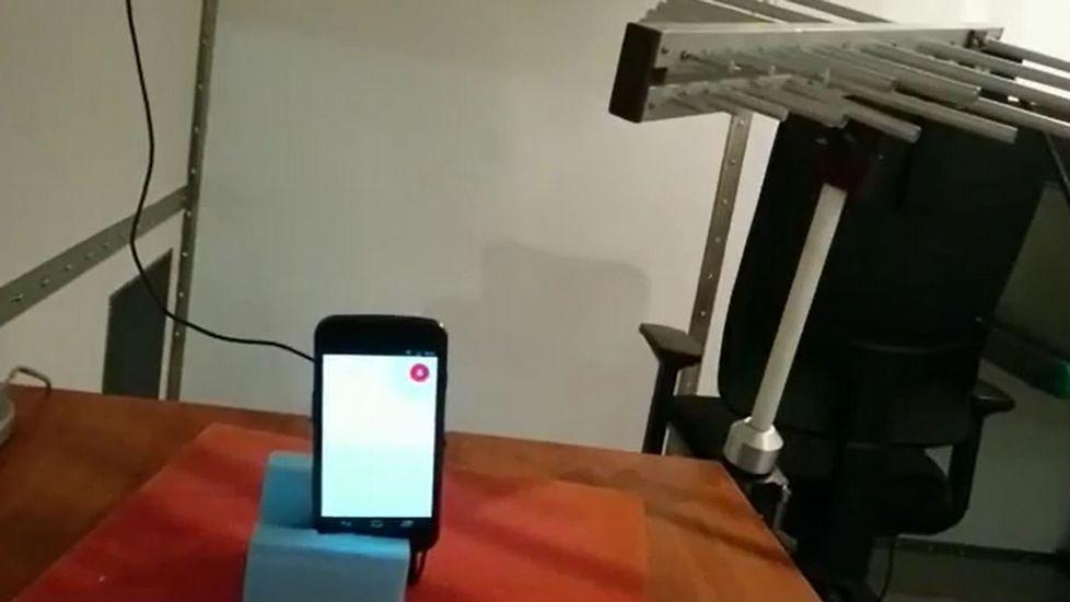 Los hackers pueden acceder a un móvil desde una distancia de cinco metros a través del asistente de voz.Imagen de archivo de un iPhone 6 Plus en una tienda de Tokio.