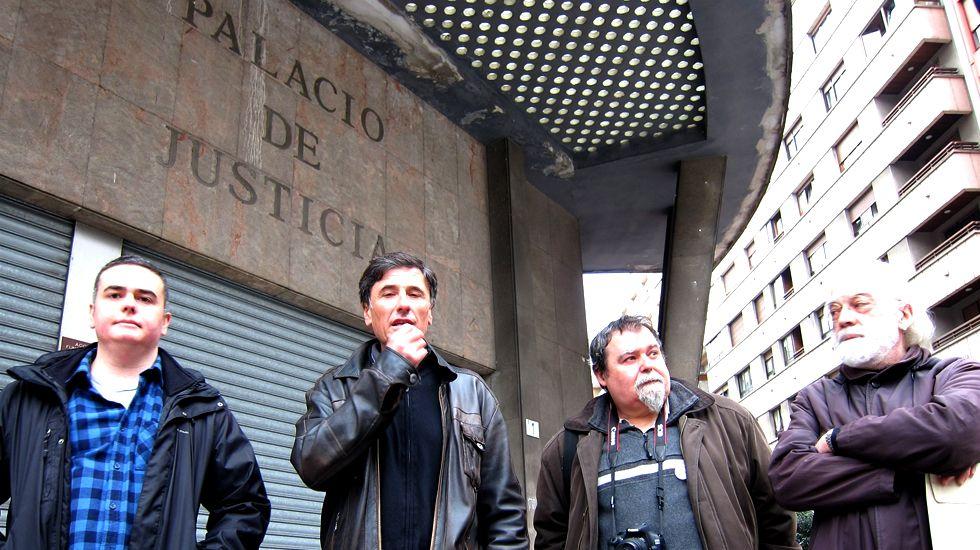 Dos embarazos penalizan la carrera de una investigadora de Santiago.Enrique López, segundo por la izquierda, en su visita a los antiguos juzgados de Gijón
