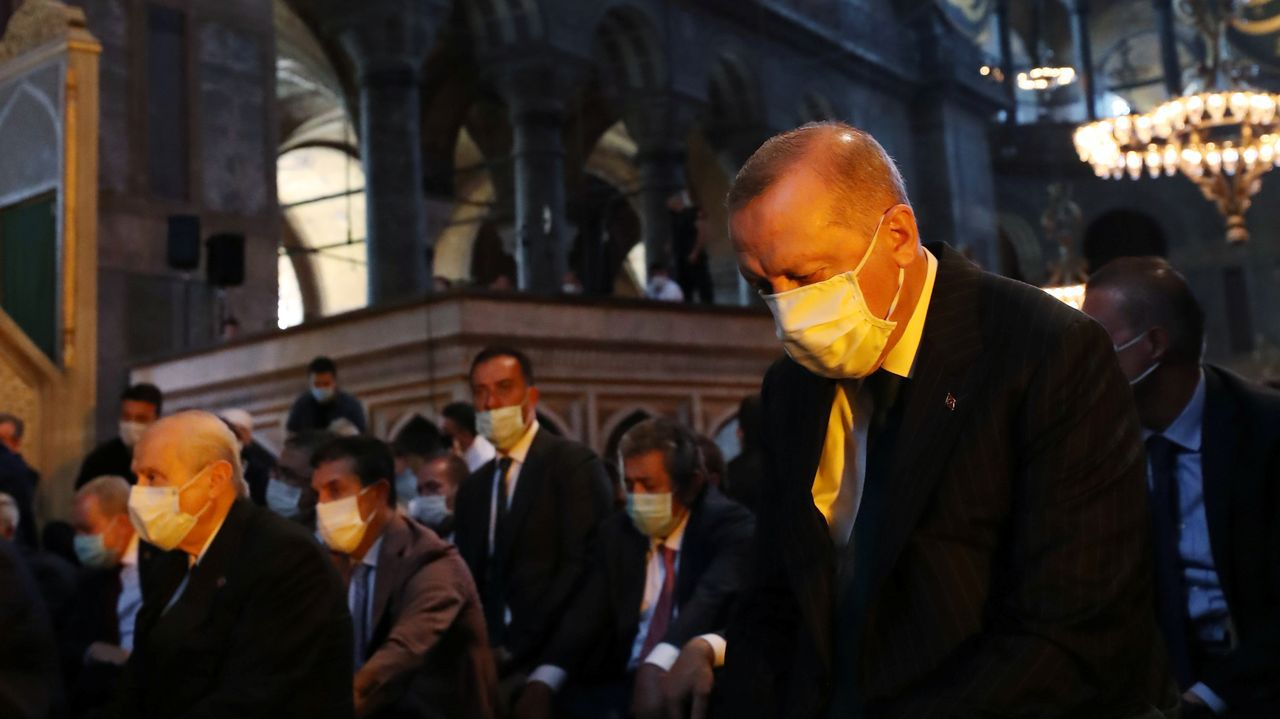 Erdogan atiende al primer rezo musulmán en Santa Sofia, Estambul, tras su reconversión, después de 86, años en mezquita