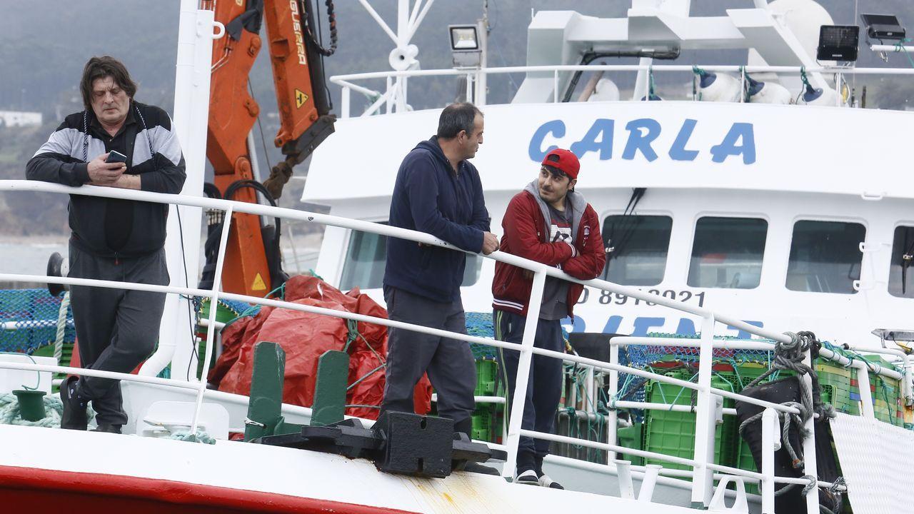 Desinfectan el Carla, pesquero de cuarentena en Burela.El Carla continúa precintado en el puerto de Burela, a la espera de que las autoridades sanitarias levanten la cuarentena y le permitan regresar al caladero