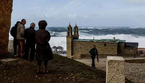 Entierro del cura Manuel Riveiro en Cerceda.La Barca sigue atrayendo visitantes para ver su estado, sobre todo en los fines de semana.