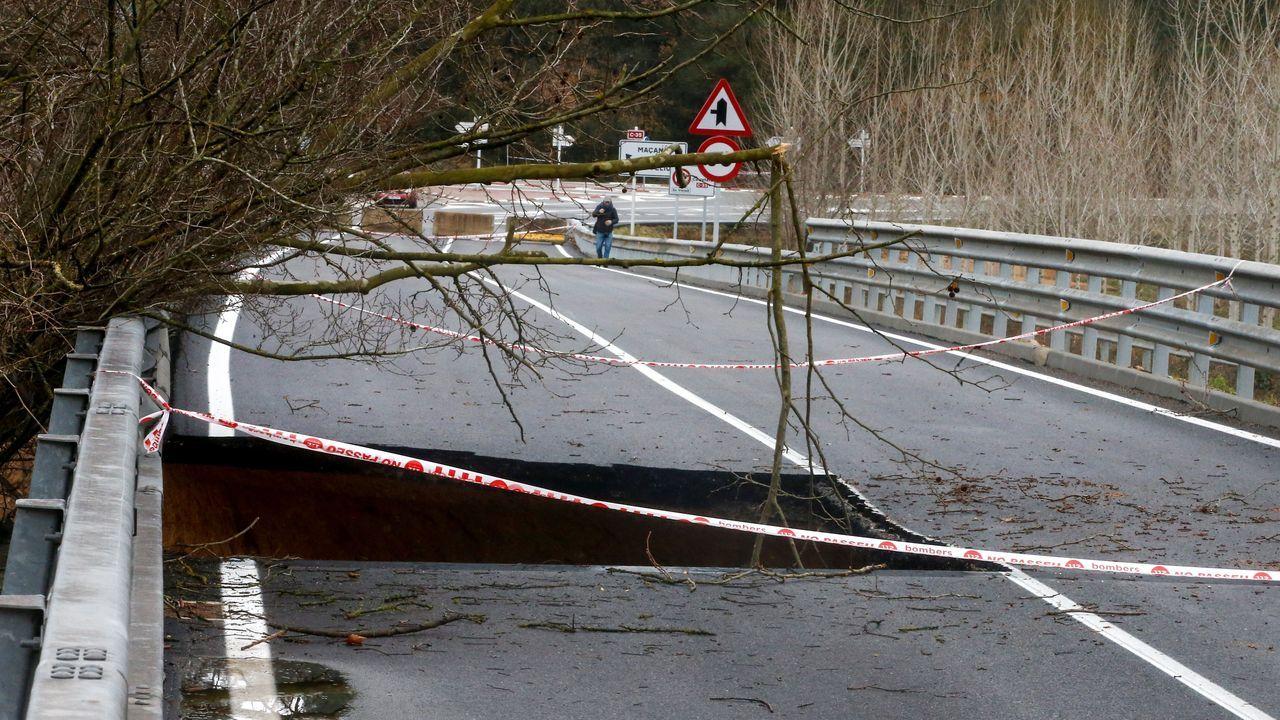 La carretera C-35 a su paso por el Pont de Ferro en Hostalric (Barcelona), permanece cortada debido a un enorme socavón producido por los efectos del temporal.