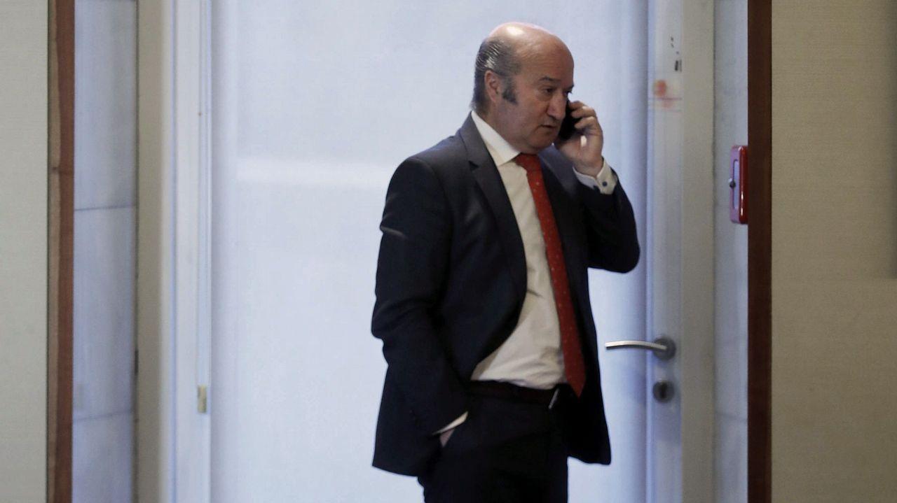El destituido secretario general del PP de Asturias, Luis Venta, en los pasillos de la Junta General
