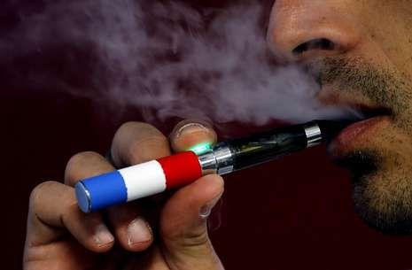 Crimen machista en Valga.Un modelo exhibido ayer en el primer salón internacional del cigarrillo electrónico.