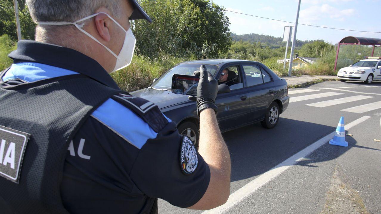 Primer control de tráfico en Ares con las nuevas aplicaciones de la policía