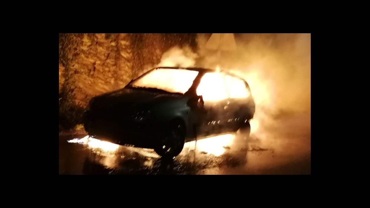 Imagen de archivo de otro coche ardiendo