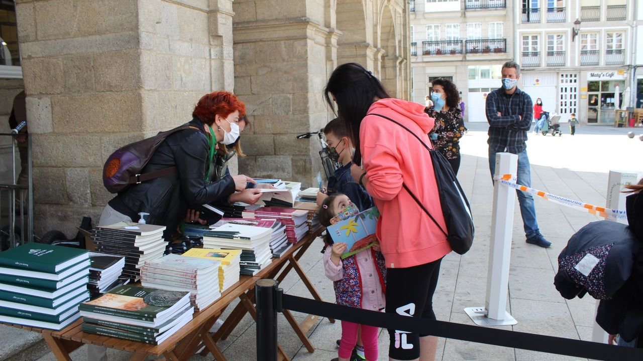 <span lang= gl >Así se festexan as Letras Galegas en Ourense</span>.Posto na Praza Maior de Lugo onde agasallaban libros