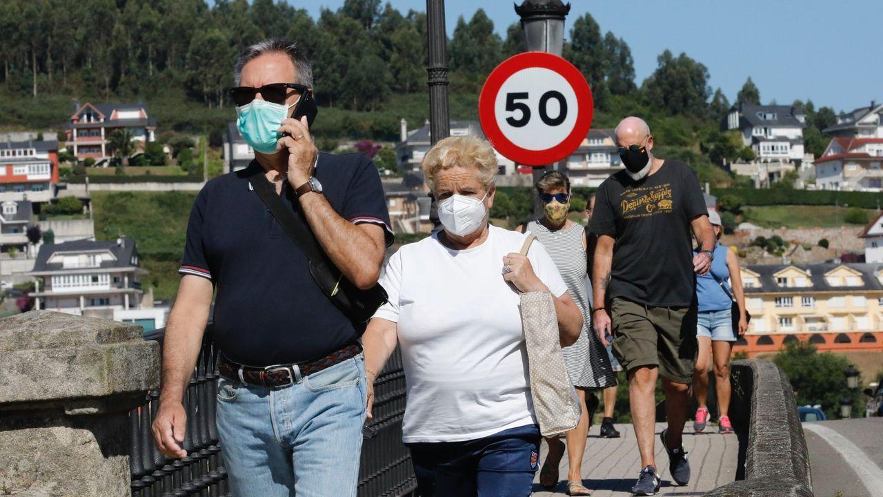 Viandantes usando la mascarilla en Viveiro este sábado, a unas horas de que entre en vigor la nueva normativa