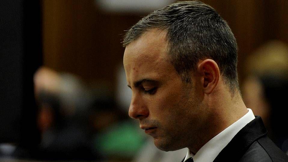 Oscar Pistorius llora durante una nueva sesión de su jucio por el asesinato de su novia