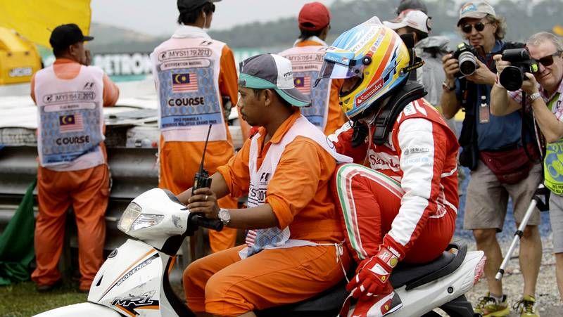 El error de Hamilton en el GP de Malasia.<span lang= es-es >Webber evita a Vettel</span>. El alemán intentó suavizar la tensión al abandonar el podio, pero Mark evitó escucharle.