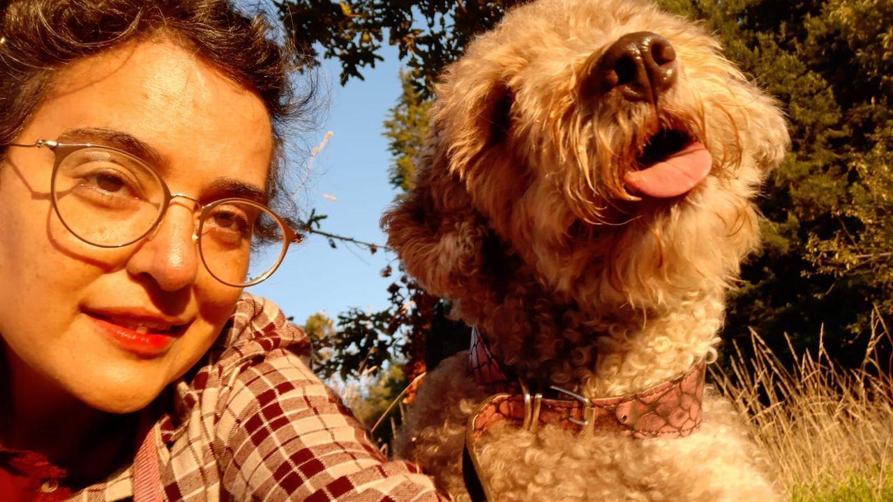 Iria Rodríguez y su inseparable perrita