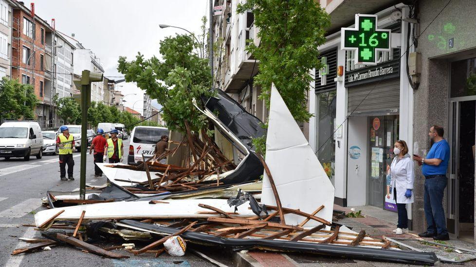 El tejado quedó tirado justo delante de la farmacia