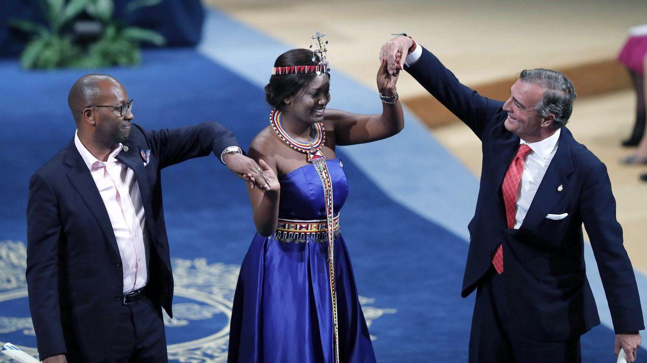 Los galardonados con el Premio Princesa de Asturias 2018 de Cooperación Internacional , Amref Health Africa (Global) y Amref Salud África (España), tras recibir de manos del rey Felipe el premio. Recogieron el galardón, Githinji Gitahi, director ejecutivo de Amref Health Africa (Global) y Álvaro Rengifo Abbad, presidente del Patronato de Amref Salud África (España), acompañados por Nice Nailantei Leng'ete, activista masái y embajadora de Amref Health Africa (Global) contra la mutilación genital femenina.