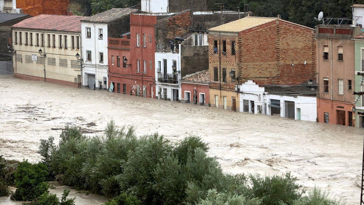El río Clariano se ha desbordado a su paso por Onteniente debido a las fuertes lluvias.