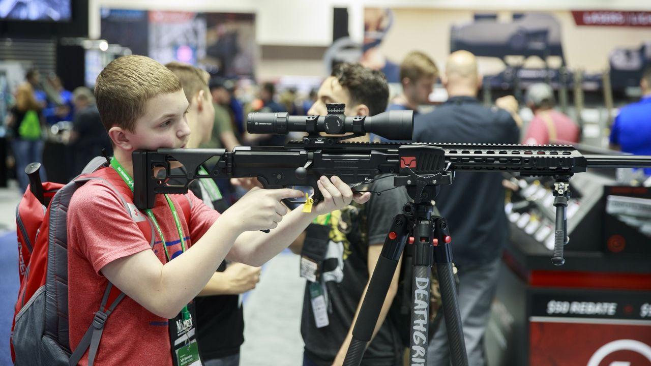 Un adolescente apunta con un fusil durante la convención de la Asociación Nacional del Rifle (NRA) en Indianápolis