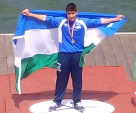Xoel, en el podio con la bandera focense tras coronarse campeón.