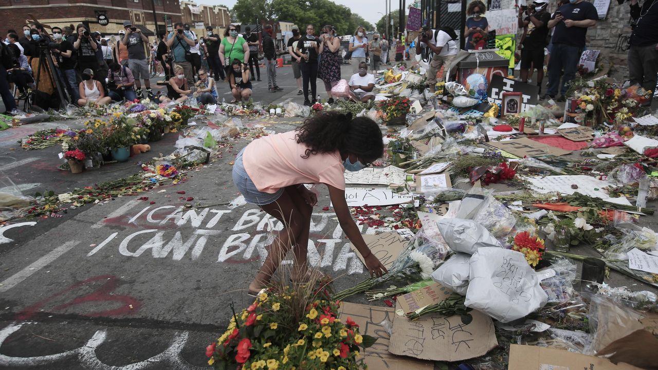 Flores en el lugar donde se produjo la agresión policial a George Floyd en Minneapolis