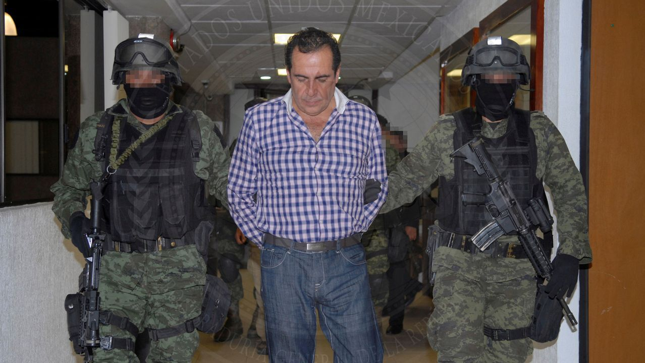 Imagen del expresidente mexicano Enrique Peña Nieto, a la izquierda, junto a a una fotografía dle Chapo Guzmán