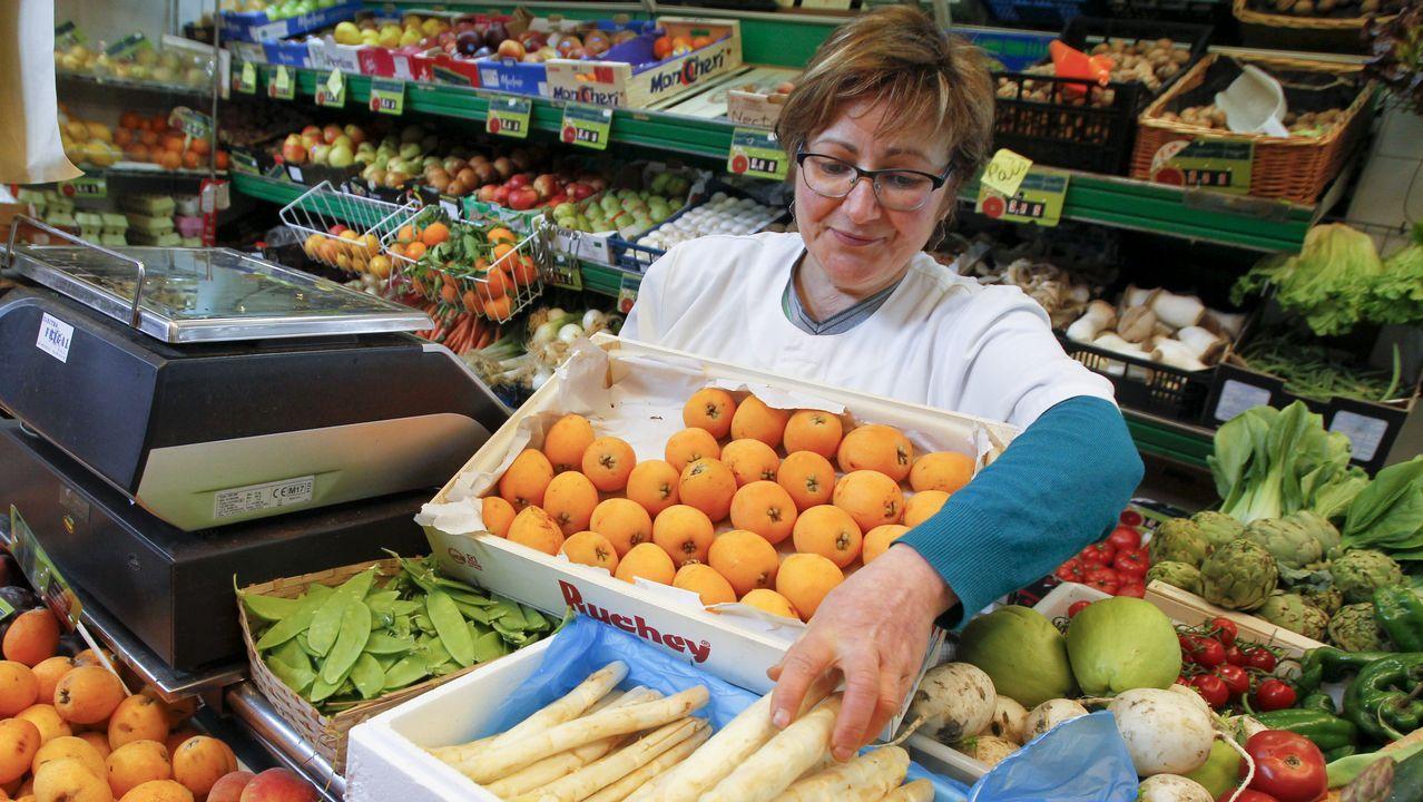 María Teresa López Santalla asegura que la gente ya tiene ganas de sol y de frutas de temporada como los nísperos