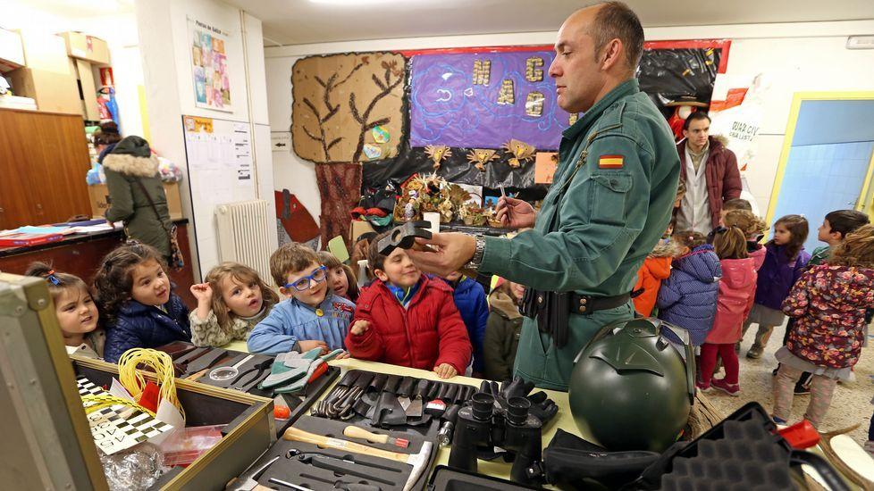 Alumnos del colegio Castelao aprenden el funcionamiento de la Guardia Civil