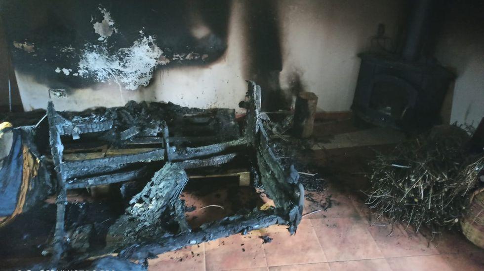 Así quedaron el sofá y el salón de la casa de Budián en la que se produjo el incendio