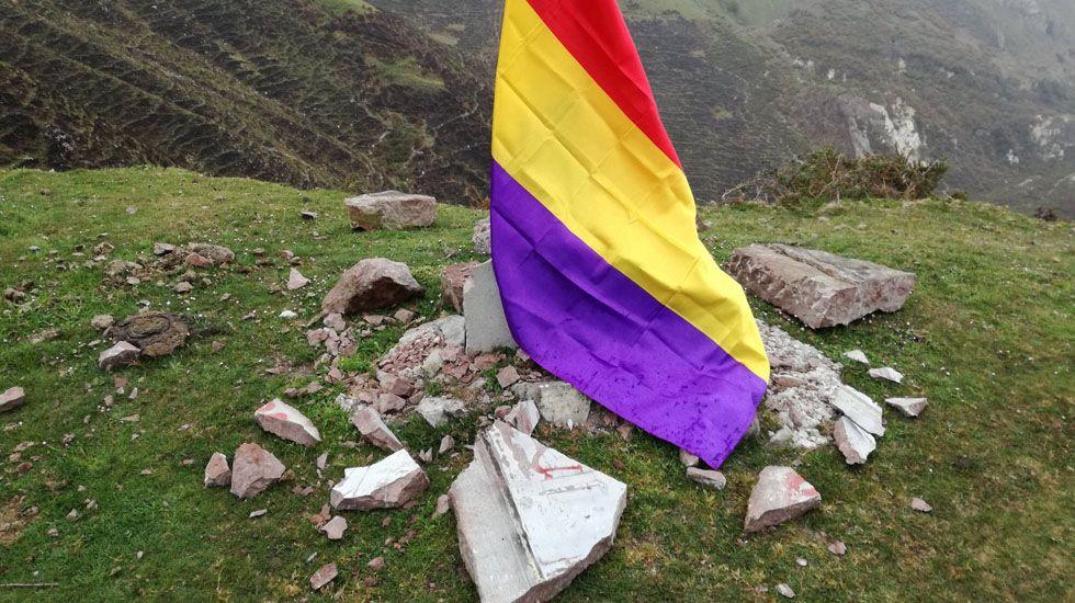 El monolito de El Mazucu, destrozado, cubierto por una bandera republicana