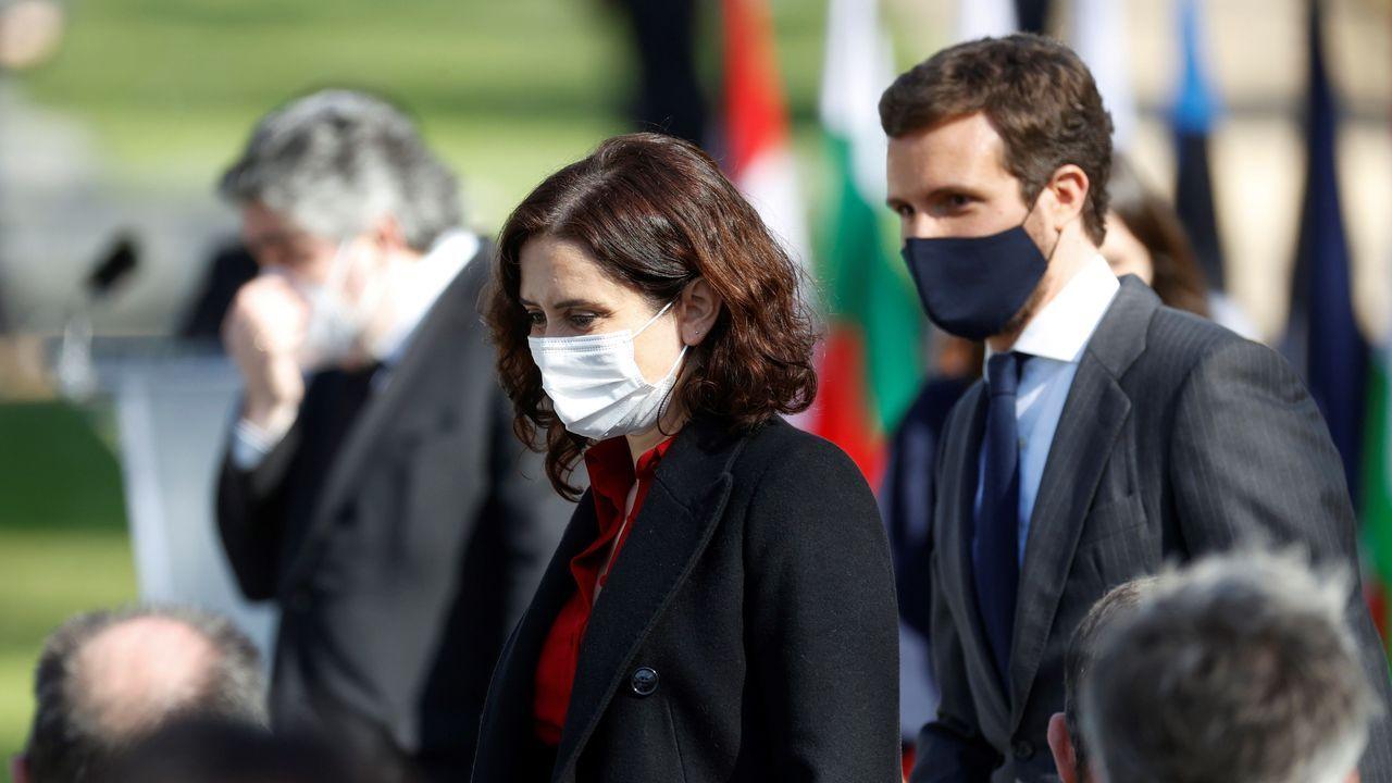El líder del PP, Pablo Casado, ayer, junto a la presidenta madrileña, Isabel Díaz Ayuso, durante el homenaje a las víctimas del 11M