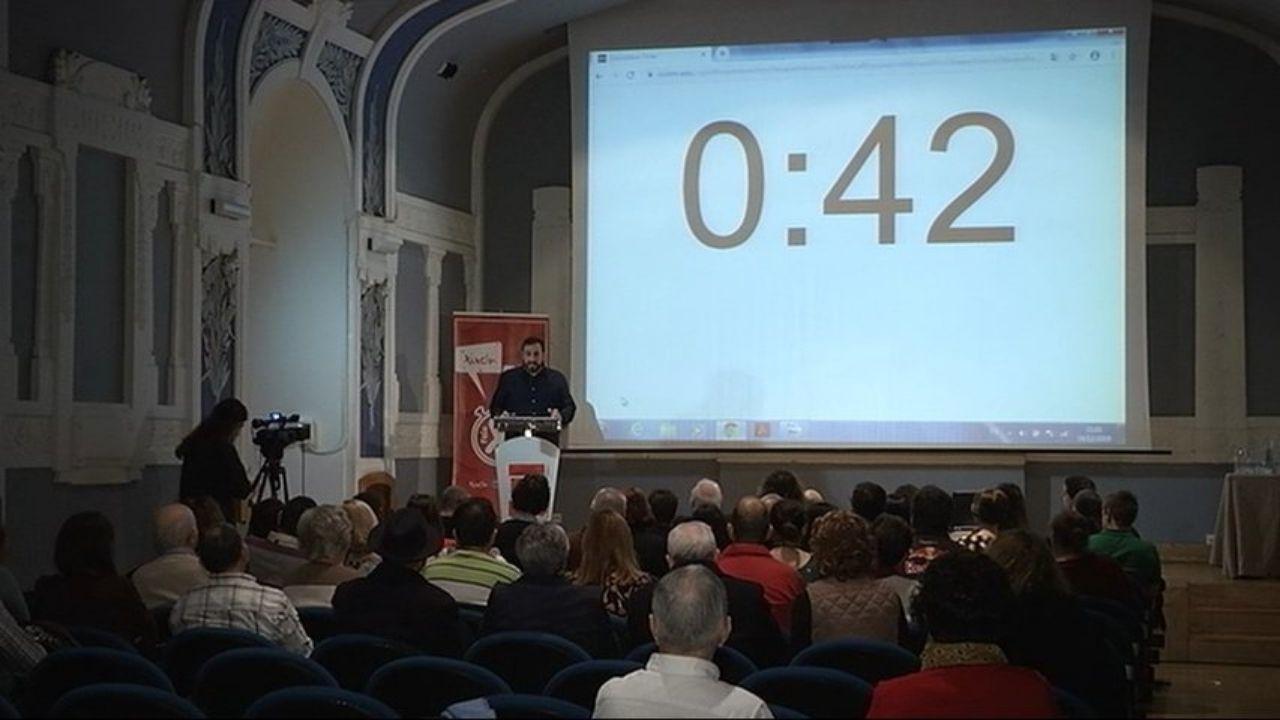 Participantes en una edición anterior de Xixón fala en 3'