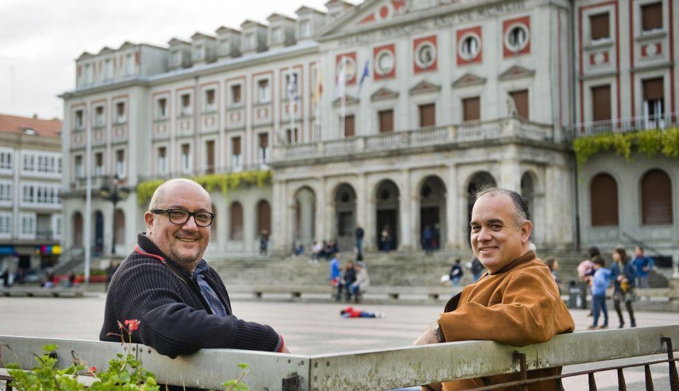 César Toimil y el divulgador científico Antonio Cantó, ayer, en Ferrol.