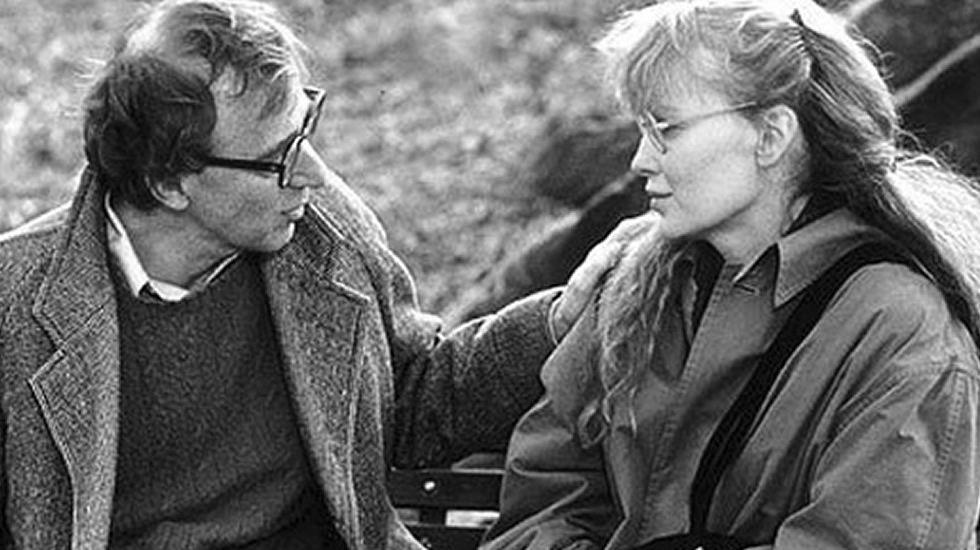 Woody Allen y Mia Farrow en una escena (1989). Salieron juntos durante doce años, nunca llegaron a casarse pero tuvieron un hijo y adoptaron otros dos. La pareja se rompió cuando Mia descubrió que Woody mantenía relaciones sexuales con una hija adoptiva que ella tuvo en otro matrimonio.