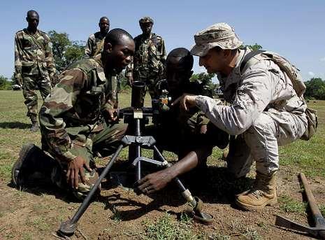 Un soldado español enseña a soldados malienses en unas prácticas de artillería con morteros.