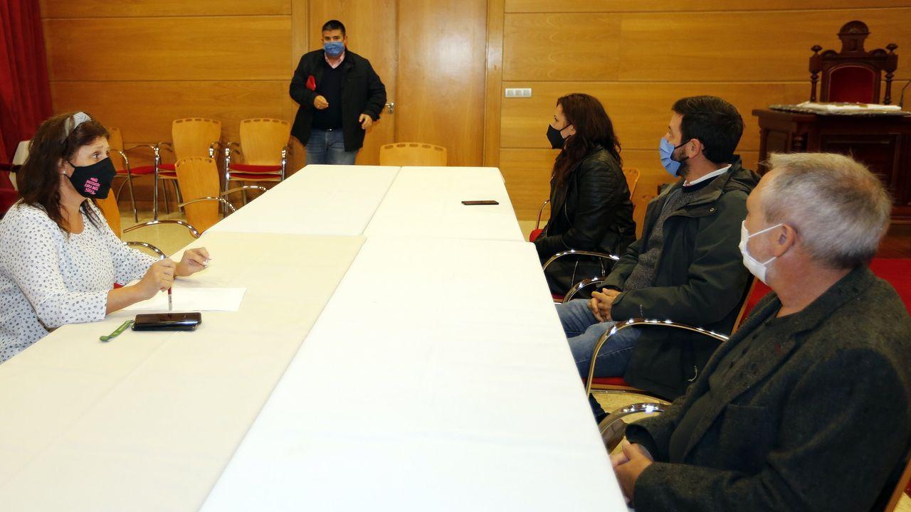 Alfonso Rueda, defensor del proyecto de ley, charla en el Parlamento con el conselleiro de Sanidade