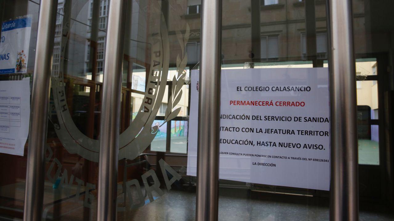 Protesta ante la Xunta de padres y alumnos del instituto IES Sánchez Cantón contra la modalidad de clases semipresenciales.Protesta de familias y alumnos del IES Sánchez Cantón de Pontevedra contra las clases «semipresenciales» en bachillerato