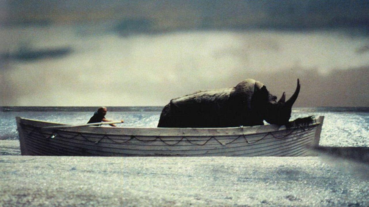 El reportero Orlando rema en un bote salvavidas que lleva al rinoceronte en «Y la nave va» (1983).